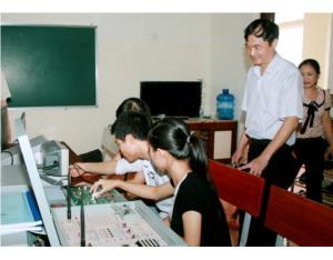 Một số hình ảnh sinh viên Điện tử viễn thông với công tác thực hành thí nghiệm